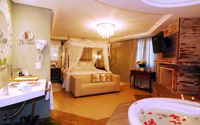 A suíte-conceito da Pousada Don Ramon, em Canela, tem móveis com madrepérola e lustre de cristal. Foto: Divulgação
