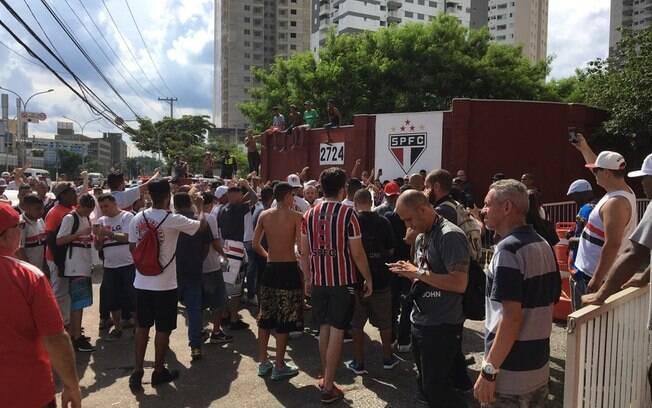 Protesto da torcida do São Paulo no CT, no dia da apresentação de Cuca