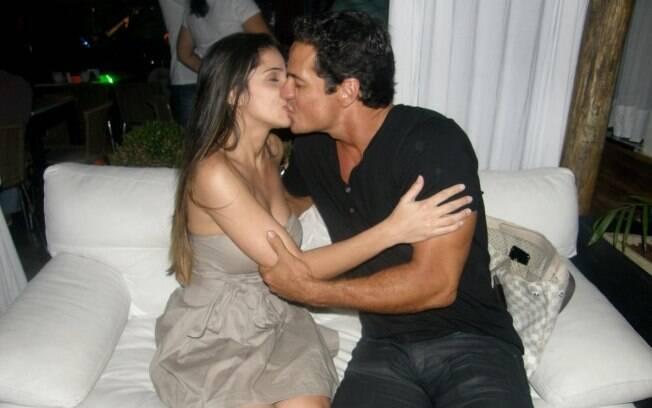 Carlos Machado é fotogrado aos beijos com namorada no Sarau dos Artistas, no Rio de Janeiro
