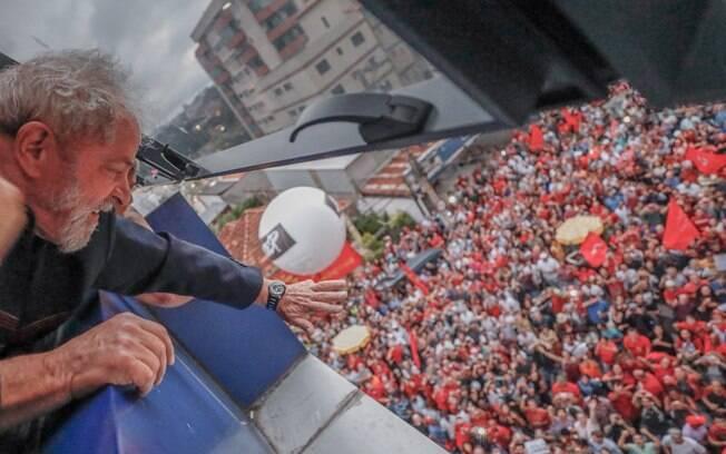 Dias antes de ser preso pela PF, Lula acenou para apoiadores da janela do Sindicato dos Metalúrgicos do ABC