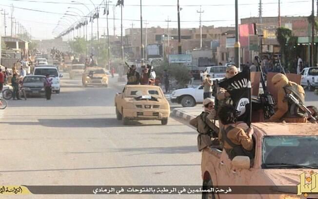 Estado Islâmico comemora vitória no Iraque mostrando picapes e armamento (maio/2015). Foto: Reprodução/Youtube