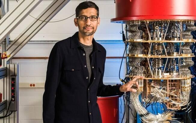 Sundar Pichai com o computador quântico da Google