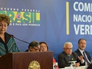 Dilma Rousseff se emocionou e chorou durante a cerimônia de entrega do relatório final