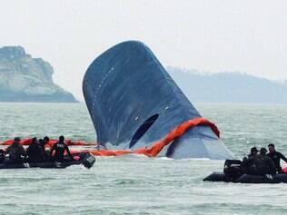 Naufrágio. Quase 500 pessoas estavam dentro de barca que mudou de curso, tombou e afundou deixando quase 300 desaparecidos