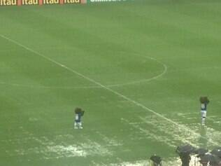 Momentos antes de a bola rolar para Cruzeiro x Goiás, gramado do Mineirão estava completamente encharcado