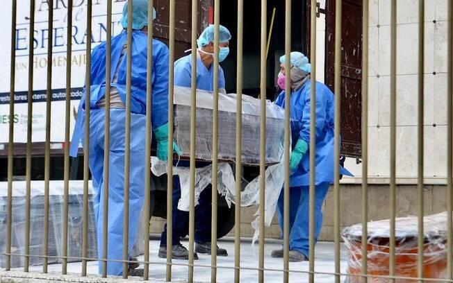 Os serviços de saúde e necrotério em todo o país estão sobrecarregados