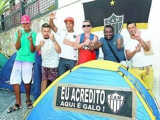 Ânimo total.  Nem o calor e o desconforto de dormir na rua desanimavam os torcedores do Atlético na fila ontem na sede de Lourdes