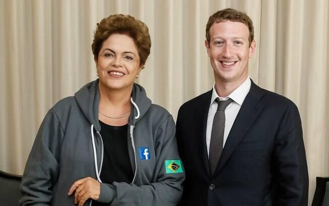 No encontro com Zuckerberg na Cidade do Panamá, Dilma vestiu um agasalho do Facebook