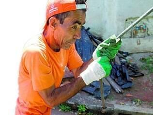 """Diversão. """"Quem é gari não consegue deixar a profissão, sente falta da correria"""",conta José Luis, 50"""