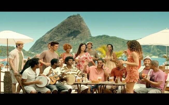 Zeca Pagodinho, que é embaixador da marcar de cerveja, também participa do comercial falando com Jennifer Lopez no telefone