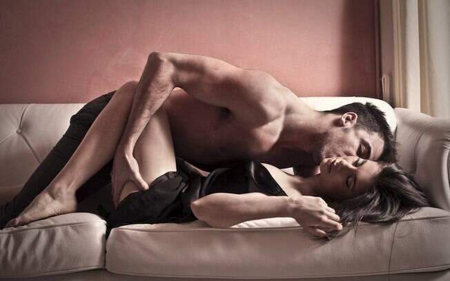 Os móveis podem ser ótimos apoios para realizar as melhores posições sexuais em diversos cômodos