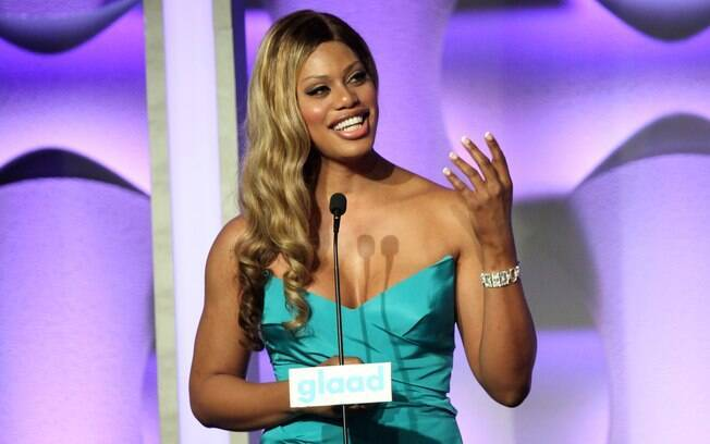 Laverne Cox que recebeu o prêmio de destaque do ano do GLAAD Media Awards aparece como aposta da OUT