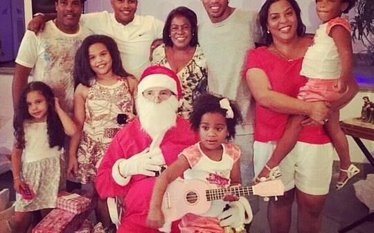 Desaparecido no México, Ronaldinho Gaúcho posta fotos com a família no Natal - Futebol - iG