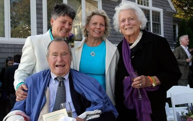 Ex-presidente George H.W. Bush, ex-primeira-dama Barbara Bush, posam para foto ao lado das amigas Helen Thorgalsen e Bonnie Blement, em Kennebunkport, Maine