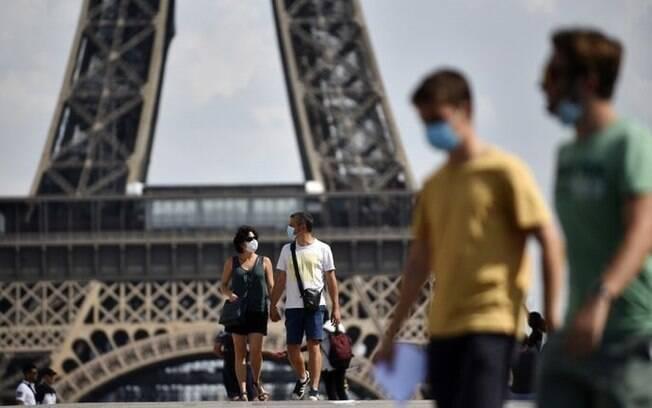Mais de 300 cidades, como Paris, tornaram obrigatório o uso de máscaras em algumas áreas públicas ao ar livre.
