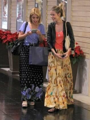 Thaís Fersoza e Yasmin Brunet fazem compras de Natal no Rio de Janeiro