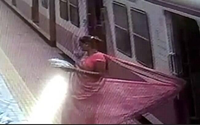 Mulher que não teve identidade divulgada estava saindo de trem quando prendeu sari indiano na porta e foi arrastada