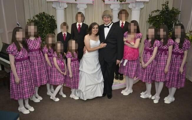 O casal Louise Anna, de 49 anos e David Turpin, de 57 e as 13 vítimas em uma foto divulgada pelo casal no Facebook