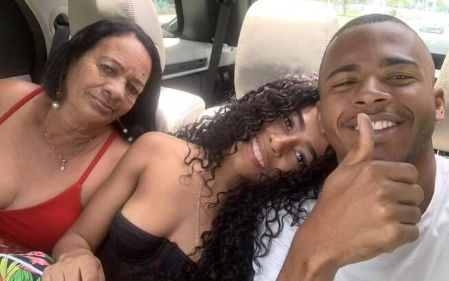 DJ Rennan da Penha com a mãe e a namorada