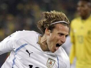 Forlán marcou dois gols e foi o destaque da partida em dia de feriado nacional