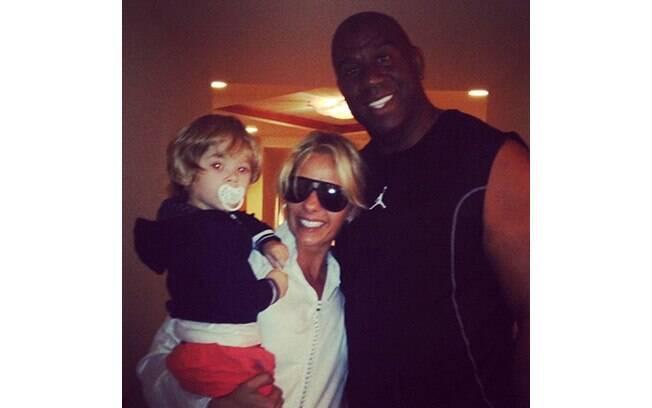 Adriane Galisteu e Vittorio encontram o ex-jogador de basquete Magic Johnson em Bahamas, onde passaram o Réveillon