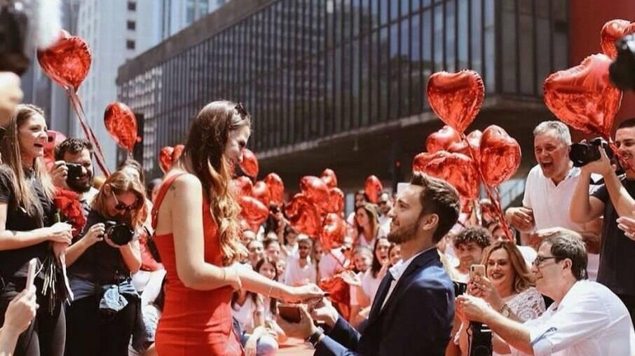 YouTuber Fabi Santina foi pedida em casamento na Av. Paulista