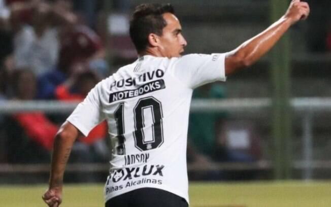 Com belo gol de falta, Jadson garantiu a classificação do Corinthians