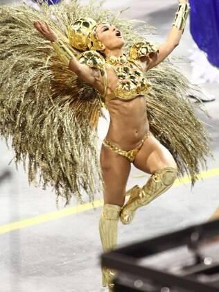 Sabrina Sato desfilou de dourado como rainha da Gaviões da Fiel em SP