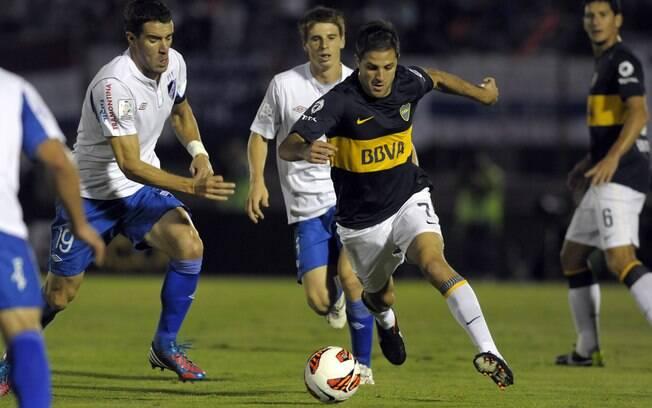 O ex-corintiano Martinez parte com a bola  dominada em ataque do Boca