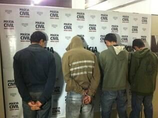 Homens escondiam a droga e se organizavam para distribuí-la.
