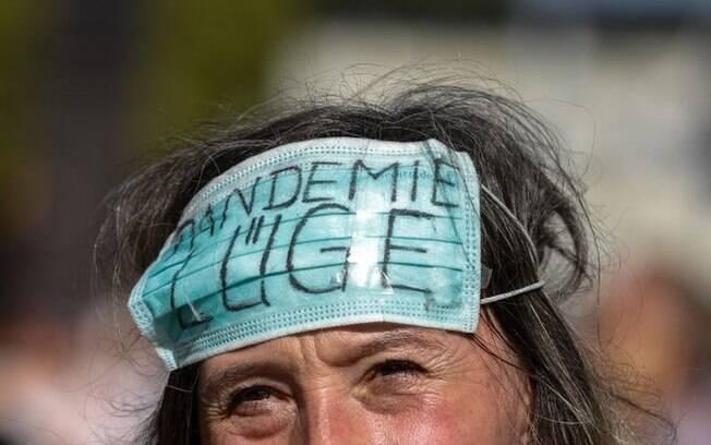Manifestante contrária ao uso de máscaras.