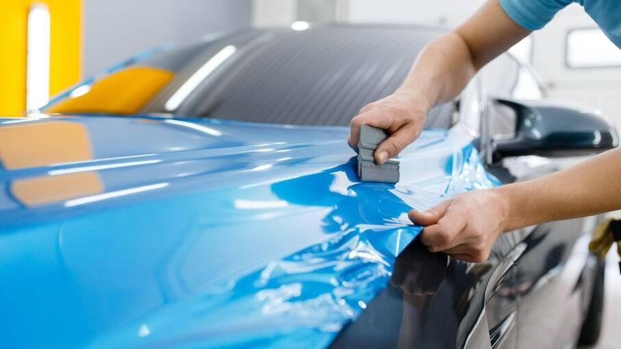 Além da mudança no visual, películas aumentam a proteção da pintura do veículo