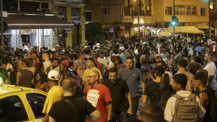 Multidão sem máscara na Lapa, durante feriado do carnaval