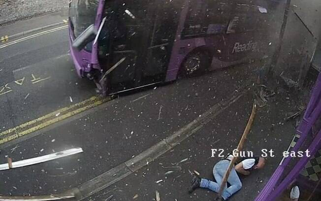 O ônibus teve o vidro do para-brisas quebrado e acabou estacionando a poucos metros do acidente
