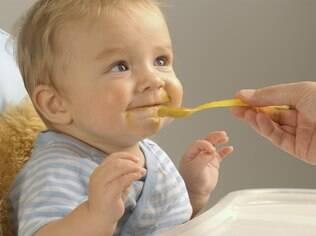 Alimentar o bebê isolado da família parece uma boa ideia para evitar a