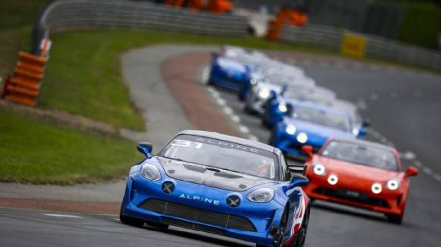 Alpine A110 GT4 em primeiro plano foi pilotado por Esteban Ocon, vencedor do GP da Hungria de Fórmula 1