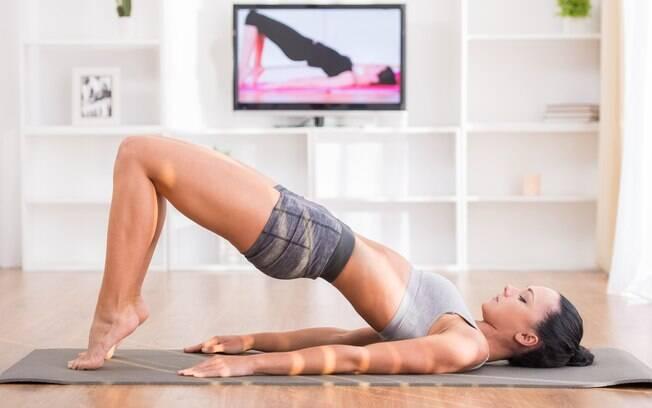 Exercícios em casa devem ser feito com ainda mais atenção, já que não terá acompanhamento de nenhum profissional. Sendo assim, se você não entender como se faz o exercício, vale pausar o vídeo e rever as orientações dadas nas imagens