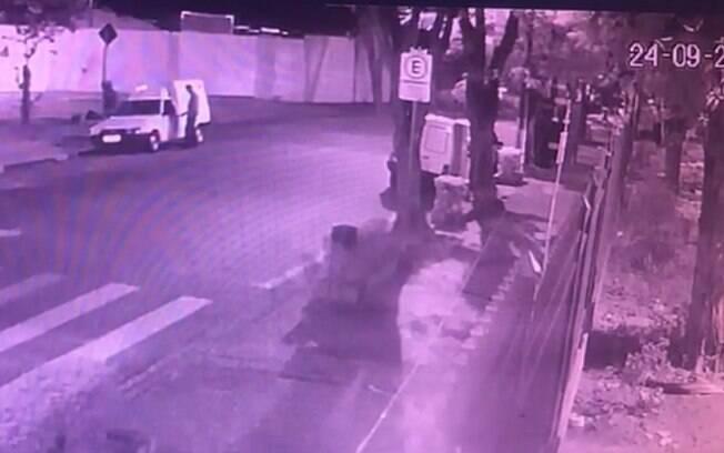 Vídeo mostra momento em que carro é furtado.