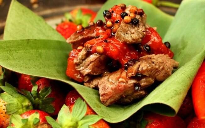 Foto da receita Filé mignon com morango e pimentas pronta.