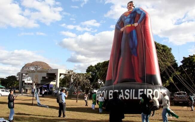 Apoiadores de Moro protestam em local onde suspeitos de invasão estão presos e inflam boneco com o rosto do Ministro