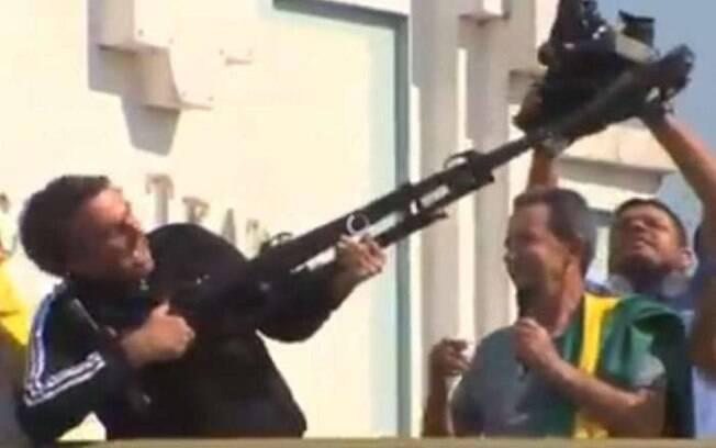 """Vídeo mostra Jair Bolsonaro empunhando tripé de câmera como se fosse uma arma e dizendo """"Vamos fuzilar a petralhada"""