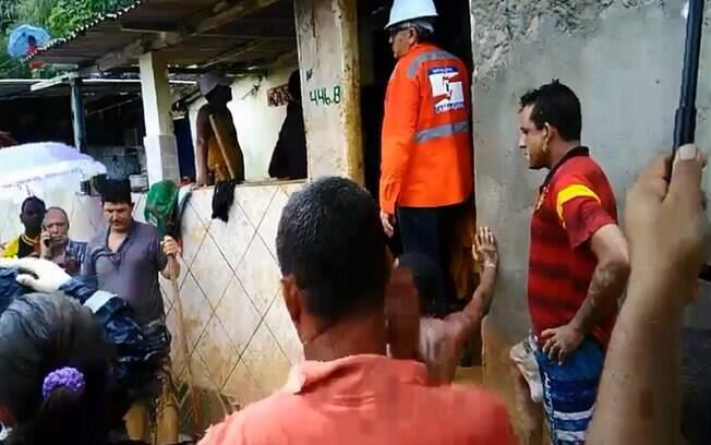 Equipes dos Bombeiros e Defesa Civil juntam esforços para resgatar vítimas da queda da barreira em Camaragibe, Pernambuco.