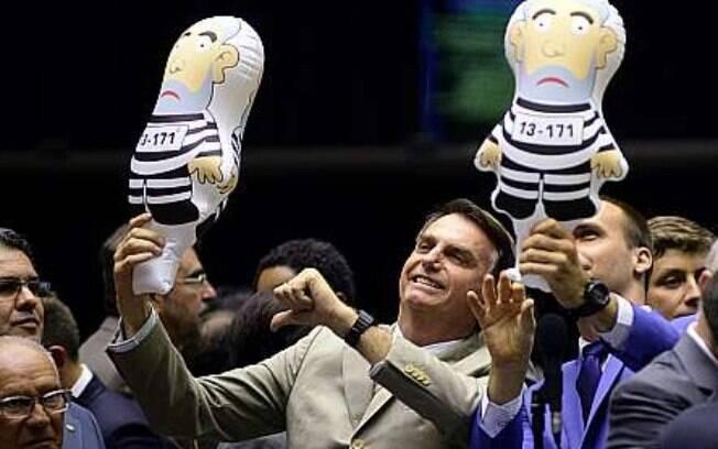 Jair Bolsonaro foi recebido por multidão no Aeroporto Afonso Pena, em Curitiba, no Paraná