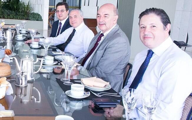 Deputado Rodrigo Rocha Loures (à frente) participava de café da manhã com Temer e os peemedebistas, em 2014