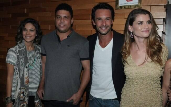 Bia Antony e Ronaldo posam ao lado dos protagonistas do longa, Rodrigo Santoro e Alinne Moraes