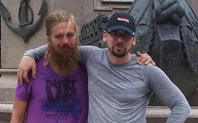 O andarilho Anton (esquerda) voltou para casa depois que seu irmão Stefan o resgatou no estado do Amazonas, Brasil
