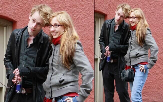 Macaulay Culkin posa para foto com uma fã