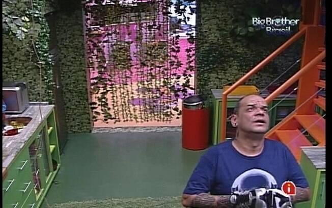 João Carvalho anuncia aos brothers a chegada dos presentes