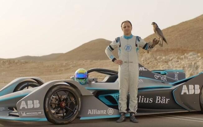 Felipe Massa posa com falcão-peregrino em evento promocional da Fórmula E