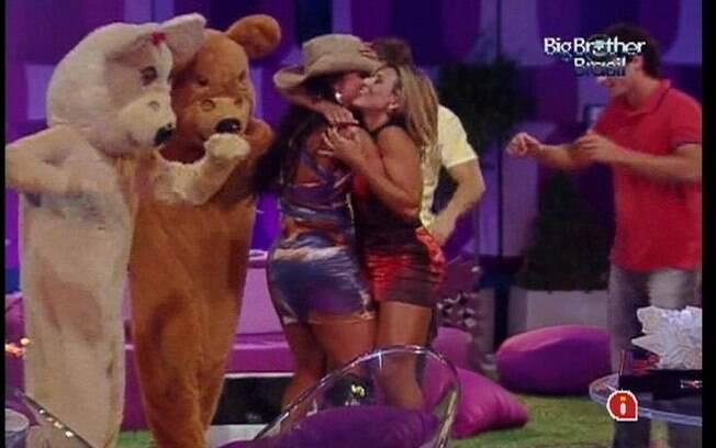 Fabiana e Kelly se abraçam e dançam com ursinhos